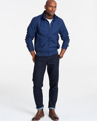 Come indossare e abbinare: giacca harrington blu scuro, t-shirt girocollo bianca, jeans blu scuro, stivali chelsea in pelle marroni