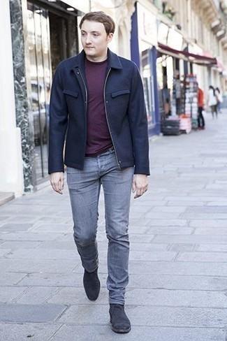 Come indossare e abbinare una giacca harrington blu scuro: Abbina una giacca harrington blu scuro con jeans grigi per un fantastico look da sfoggiare nel weekend. Scegli uno stile classico per le calzature e scegli un paio di stivali chelsea in pelle scamosciata grigio scuro.
