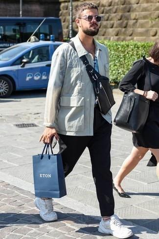 Come indossare e abbinare un marsupio in pelle nero: Per un outfit della massima comodità, coniuga una giacca harrington bianca con un marsupio in pelle nero. Ispirati all'eleganza di Luca Argentero e completa il tuo look con un paio di scarpe sportive bianche.