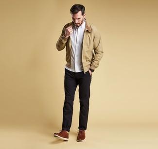 Come indossare e abbinare: giacca harrington marrone chiaro, camicia a maniche lunghe bianca, chino neri, scarpe derby in pelle marroni