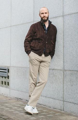 Come indossare e abbinare: giacca harrington in pelle scamosciata marrone scuro, camicia a maniche lunghe blu scuro, chino beige, sneakers basse bianche