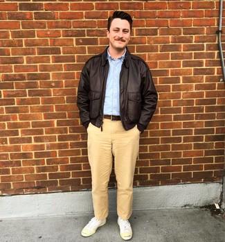Come indossare e abbinare: giacca harrington in pelle marrone scuro, camicia a maniche lunghe azzurra, chino marrone chiaro, sneakers basse di tela bianche