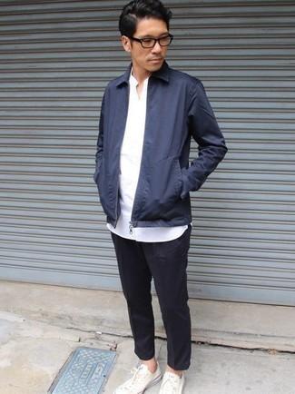 Come indossare e abbinare una giacca harrington blu scuro: Vestiti con una giacca harrington blu scuro e chino a righe verticali blu scuro per un look raffinato per il tempo libero. Sneakers basse di tela bianche sono una splendida scelta per completare il look.