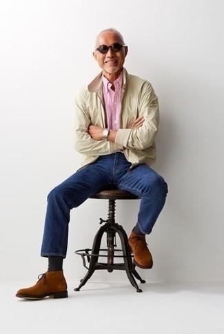 Come indossare e abbinare una giacca harrington beige: Per un outfit quotidiano pieno di carattere e personalità, scegli un outfit composto da una giacca harrington beige e jeans blu scuro. Questo outfit si abbina perfettamente a un paio di chukka in pelle scamosciata terracotta.