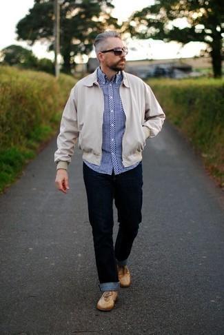 Come indossare e abbinare una giacca harrington beige: Combina una giacca harrington beige con jeans blu scuro per un look semplice, da indossare ogni giorno. Ispirati all'eleganza di Luca Argentero e completa il tuo look con un paio di sneakers basse in pelle marrone chiaro.
