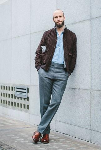 Come indossare e abbinare: giacca harrington in pelle scamosciata marrone scuro, camicia a maniche lunghe in chambray azzurra, pantaloni eleganti di lana grigi, scarpe derby in pelle marroni