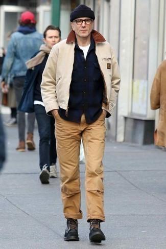 Come indossare e abbinare una giacca harrington beige: Prova ad abbinare una giacca harrington beige con chino marrone chiaro per un fantastico look da sfoggiare nel weekend. Scegli uno stile classico per le calzature e mettiti un paio di stivali casual in pelle neri.