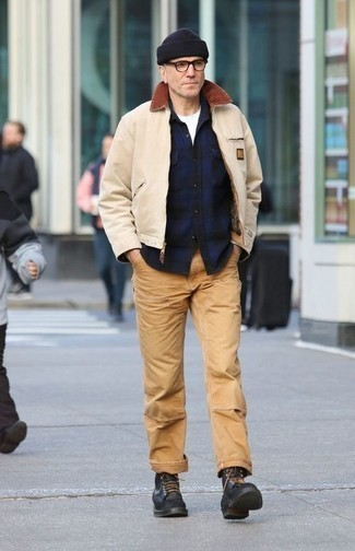 Come indossare e abbinare una giacca harrington beige: Indossa una giacca harrington beige con chino marrone chiaro per vestirti casual. Scegli un paio di stivali casual in pelle neri come calzature per dare un tocco classico al completo.
