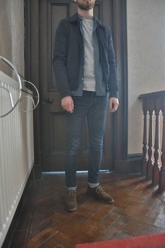 Come indossare e abbinare una giacca harrington nera: Coniuga una giacca harrington nera con jeans blu scuro per un fantastico look da sfoggiare nel weekend. Chukka in pelle scamosciata marroni sono una interessante scelta per completare il look.