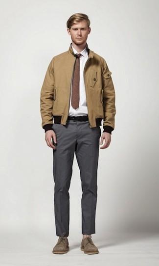 Come indossare e abbinare: giacca harrington marrone chiaro, camicia elegante bianca, chino grigio scuro, scarpe derby in pelle scamosciata marroni