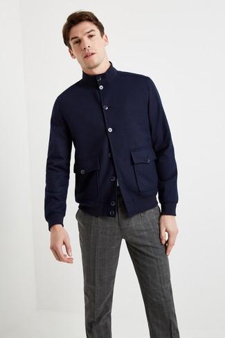 Look alla moda per uomo: Giacca harrington di lana blu scuro, T-shirt girocollo bianca, Pantaloni eleganti scozzesi grigio scuro