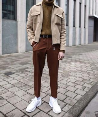 Trend da uomo 2020: Combina una giacca harrington beige con chino terracotta per vestirti casual. Aggiungi un tocco fantasioso indossando un paio di scarpe sportive bianche.