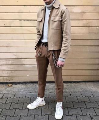 Trend da uomo 2020 quando fa freddo: Indossa una giacca harrington di lana marrone chiaro con chino marroni per un look spensierato e alla moda. Sneakers alte di tela bianche creeranno un piacevole contrasto con il resto del look.