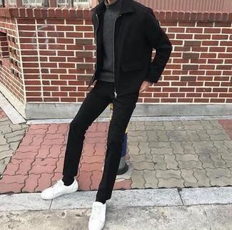 Come indossare e abbinare una giacca harrington nera: Vestiti con una giacca harrington nera e chino neri per un outfit comodo ma studiato con cura. Calza un paio di sneakers basse in pelle bianche per un tocco più rilassato.