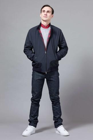 Come indossare e abbinare: giacca harrington blu scuro, felpa grigia, camicia elegante scozzese rossa, jeans blu scuro