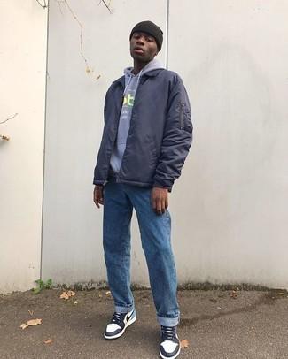 Come indossare e abbinare una giacca harrington blu scuro: Mostra il tuo stile in una giacca harrington blu scuro con jeans blu per vestirti casual. Se non vuoi essere troppo formale, opta per un paio di sneakers alte in pelle bianche e blu scuro.