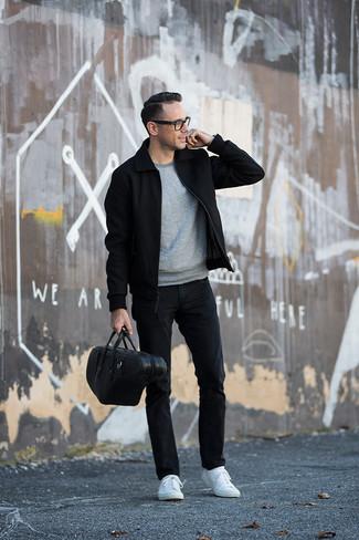 Come indossare e abbinare: giacca harrington nera, felpa grigia, jeans neri, sneakers basse bianche
