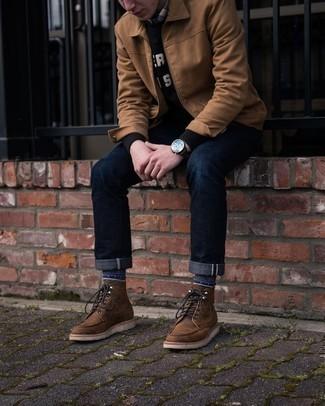 Moda uomo anni 30: Indossa una giacca harrington marrone chiaro e jeans blu scuro per un look spensierato e alla moda.