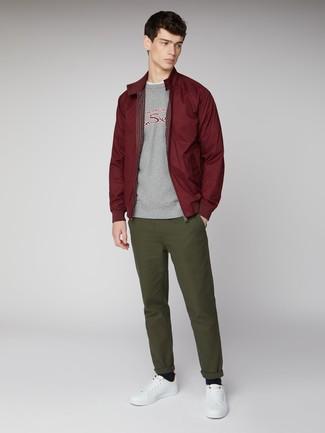 Come indossare e abbinare: giacca harrington bordeaux, felpa stampata grigia, t-shirt girocollo bianca, chino verde oliva