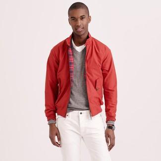 Come indossare e abbinare: giacca harrington rossa, maglione con scollo a v grigio, t-shirt girocollo bianca, jeans bianchi