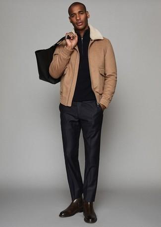 Come indossare e abbinare pantaloni eleganti neri: Punta su una giacca harrington marrone chiaro e pantaloni eleganti neri per essere sofisticato e di classe. Questo outfit si abbina perfettamente a un paio di stivali chelsea in pelle marrone scuro.