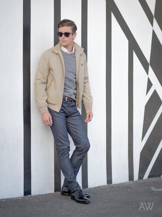 Come indossare e abbinare: giacca harrington beige, maglione girocollo grigio, camicia a maniche lunghe bianca, jeans blu scuro