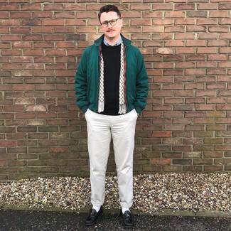 Come indossare e abbinare: giacca harrington verde scuro, maglione girocollo nero, camicia a maniche lunghe azzurra, chino beige