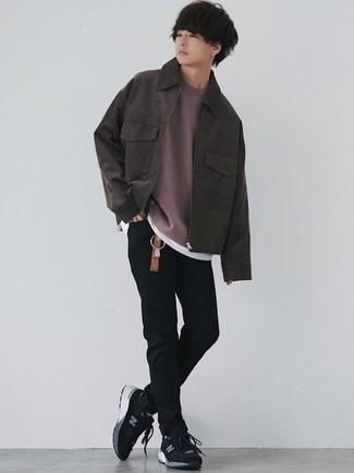 Moda ragazzo adolescente: Indossa una giacca harrington in pelle scamosciata marrone scuro con jeans aderenti neri per un look spensierato e alla moda. Se non vuoi essere troppo formale, opta per un paio di scarpe sportive nere e bianche.
