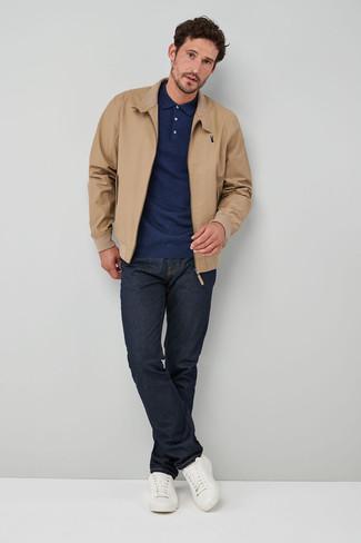 Come indossare e abbinare: giacca harrington marrone chiaro, maglia  a polo blu scuro, jeans blu scuro, sneakers basse in pelle bianche