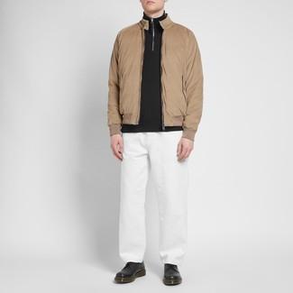 Come indossare e abbinare: giacca harrington marrone chiaro, maglione con zip nero, chino bianchi, scarpe derby in pelle nere