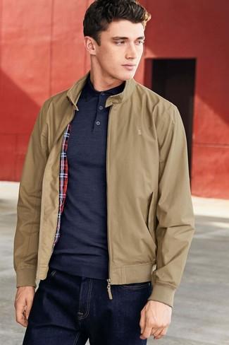 Come indossare e abbinare: giacca harrington marrone chiaro, polo blu scuro, jeans blu scuro