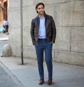 Come indossare e abbinare: giacca harrington in pelle marrone scuro, camicia a maniche lunghe azzurra, pantaloni eleganti blu scuro, chukka in pelle marrone scuro