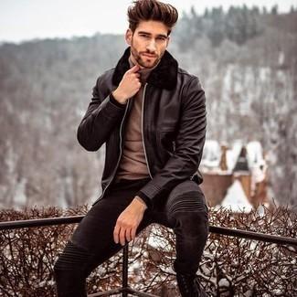 Come indossare e abbinare jeans aderenti neri: Abbina una giacca harrington in pelle nera con jeans aderenti neri per un look trendy e alla mano. Opta per un paio di stivali casual in pelle scamosciata neri per dare un tocco classico al completo.