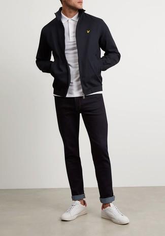 Come indossare e abbinare: giacca harrington nera, polo bianco, jeans neri, sneakers basse in pelle bianche