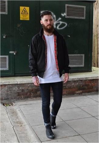 Come indossare e abbinare: giacca harrington nera, t-shirt girocollo bianca, jeans aderenti blu scuro, sneakers alte di tela nere