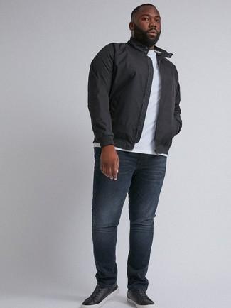 Come indossare e abbinare: giacca harrington nera, t-shirt girocollo bianca, jeans blu scuro, sneakers basse in pelle nere