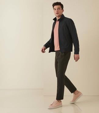 Come indossare e abbinare: giacca harrington nera, t-shirt girocollo rosa, chino verde oliva, sneakers basse in pelle rosa