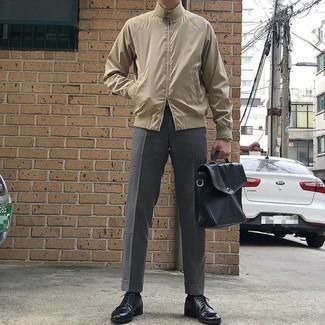 Come indossare e abbinare: giacca harrington beige, pantaloni eleganti grigi, scarpe derby in pelle nere, ventiquattrore in pelle nera