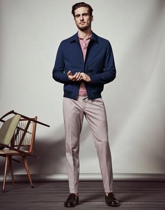 Come indossare e abbinare: giacca harrington blu scuro, polo rosa, pantaloni eleganti rosa, mocassini eleganti in pelle marrone scuro
