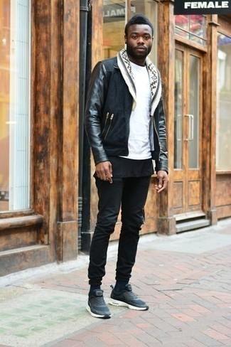 Come indossare e abbinare jeans neri: Scegli un outfit composto da una giacca harrington in pelle scamosciata nera e jeans neri per un look raffinato per il tempo libero. Prova con un paio di scarpe sportive blu scuro per un tocco più rilassato.