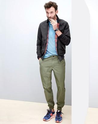 Come indossare e abbinare: giacca harrington nera, t-shirt girocollo azzurra, chino verde oliva, sneakers basse in pelle scamosciata blu scuro