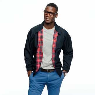Come indossare e abbinare: giacca harrington blu scuro, t-shirt girocollo grigia, chino blu, cintura in pelle marrone scuro