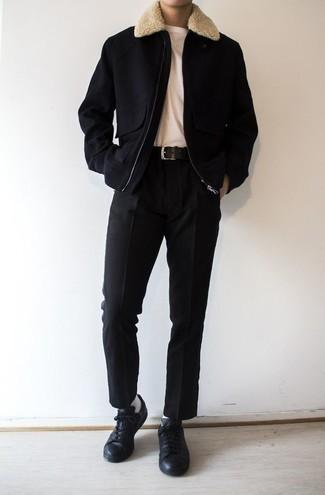 Come indossare e abbinare una giacca harrington nera: Mostra il tuo stile in una giacca harrington nera con chino neri per affrontare con facilità la tua giornata. Se non vuoi essere troppo formale, scegli un paio di sneakers basse in pelle nere come calzature.