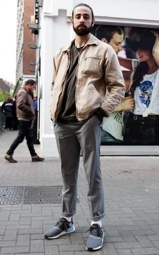 Come indossare e abbinare una t-shirt girocollo grigio scuro: Per creare un adatto a un pranzo con gli amici nel weekend abbina una t-shirt girocollo grigio scuro con chino grigi. Mettiti un paio di scarpe sportive blu scuro per un tocco più rilassato.