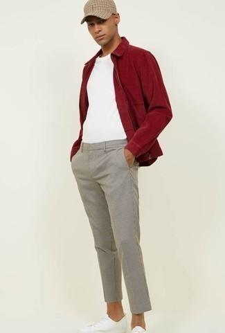 Trend da uomo 2020: Scegli un outfit composto da una giacca harrington rossa e chino a quadri grigi per un fantastico look da sfoggiare nel weekend. Sneakers basse in pelle bianche sono una buona scelta per completare il look.