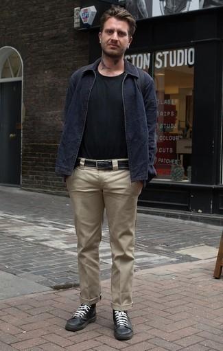 Come indossare e abbinare una giacca harrington blu scuro: Coniuga una giacca harrington blu scuro con chino marrone chiaro per un outfit comodo ma studiato con cura. Prova con un paio di sneakers alte in pelle nere per avere un aspetto più rilassato.