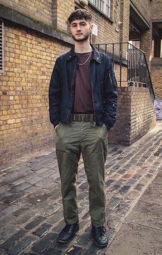 Come indossare e abbinare una giacca harrington blu scuro: Indossa una giacca harrington blu scuro con chino verde oliva per un look spensierato e alla moda. Sneakers basse in pelle nere danno un tocco informale al tuo abbigliamento.
