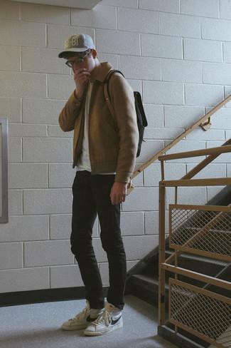 Trend da uomo 2020: Per creare un adatto a un pranzo con gli amici nel weekend metti una giacca harrington di lana marrone chiaro e jeans aderenti neri. Scegli un paio di sneakers alte in pelle bianche e nere per avere un aspetto più rilassato.