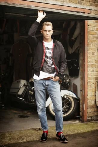 Come indossare e abbinare: giacca harrington nera, t-shirt girocollo stampata bianca e nera, jeans azzurri, mocassini con nappine in pelle neri