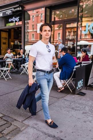 Come indossare e abbinare: giacca harrington blu scuro, t-shirt girocollo bianca, jeans azzurri, mocassini driving in pelle scamosciata blu scuro